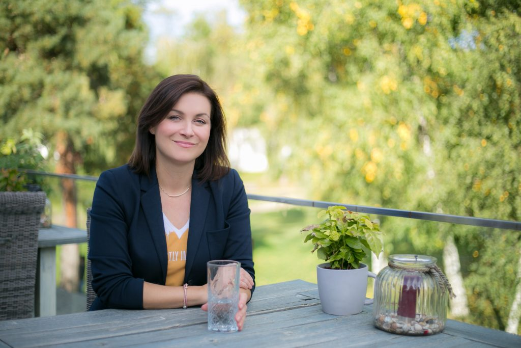 Obrázok, na ktorom je vonkajšie, osoba, lavica, žena  Automaticky generovaný popis