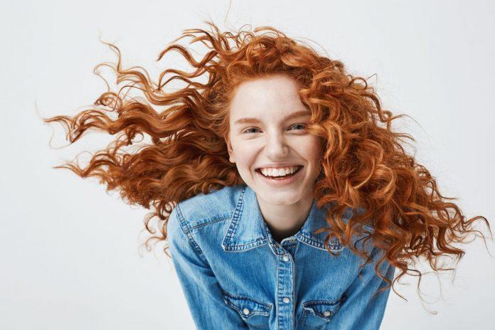 Dievča s červenými kučravými vlasmi